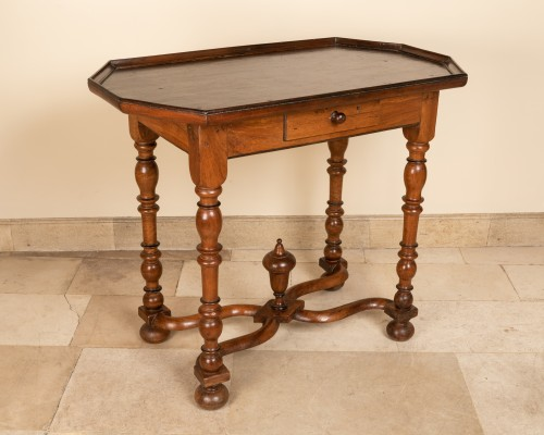 17th century walnut table - Furniture Style Louis XIII