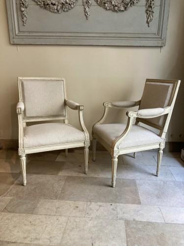 Paire de fauteuils Louis XVI en bois laqué -
