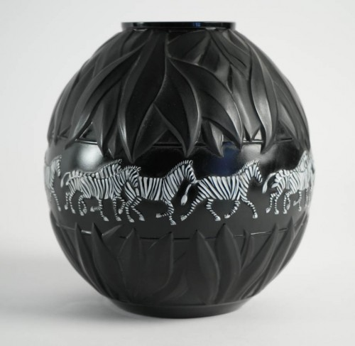 Marie Claude Lalique : Pair of Black and Frosted Glass 'TANZANIA' Vases -