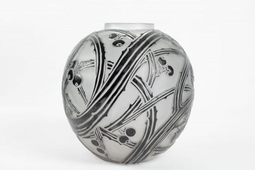 """René Lalique - Black enamelled vase """"BAIES"""" -"""