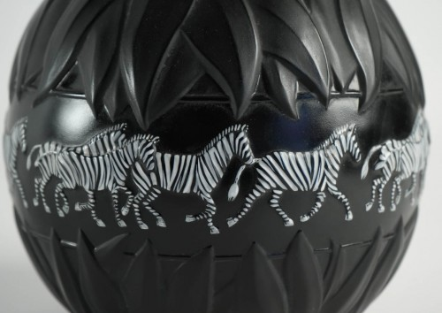 "20th century - Marie Claude Lalique - Pair of ""Tanzania"" Zebras vases"