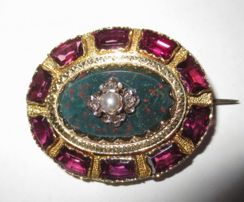 XIXe siècle - Broche en or Jaspe sanguin, diamants et perles