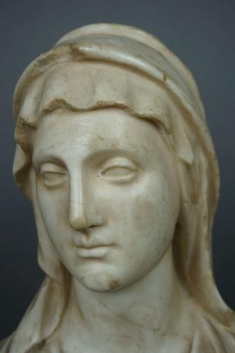 17th Century Baroque Roman Marble Vestal Buste - Sculpture Style