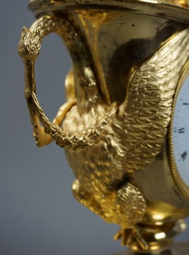 19th century - 19th Century Empire period gilt bronze vase mantel clock with char of love