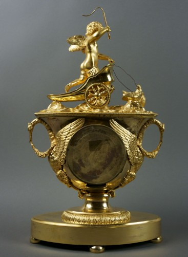 Antiquités - 19th Century Empire period gilt bronze vase mantel clock with char of love