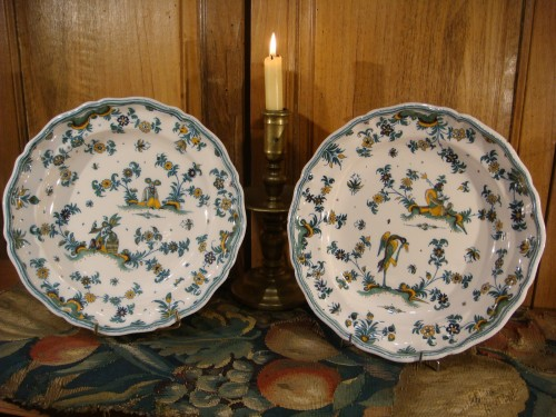 Pair of large Moustiers earthenware plates 18th century - Porcelain & Faience Style Louis XV