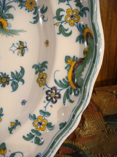 Antiquités - Pair of large Moustiers earthenware plates 18th century