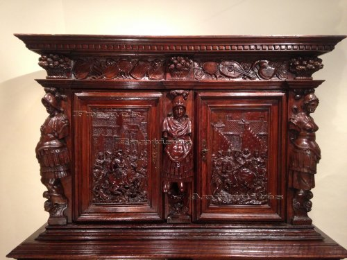 Early 17th century carved walnut cabinet, circa 1600 - Furniture Style Renaissance