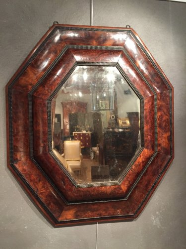 Important octogonal mirror in olive wood , 17 th.c