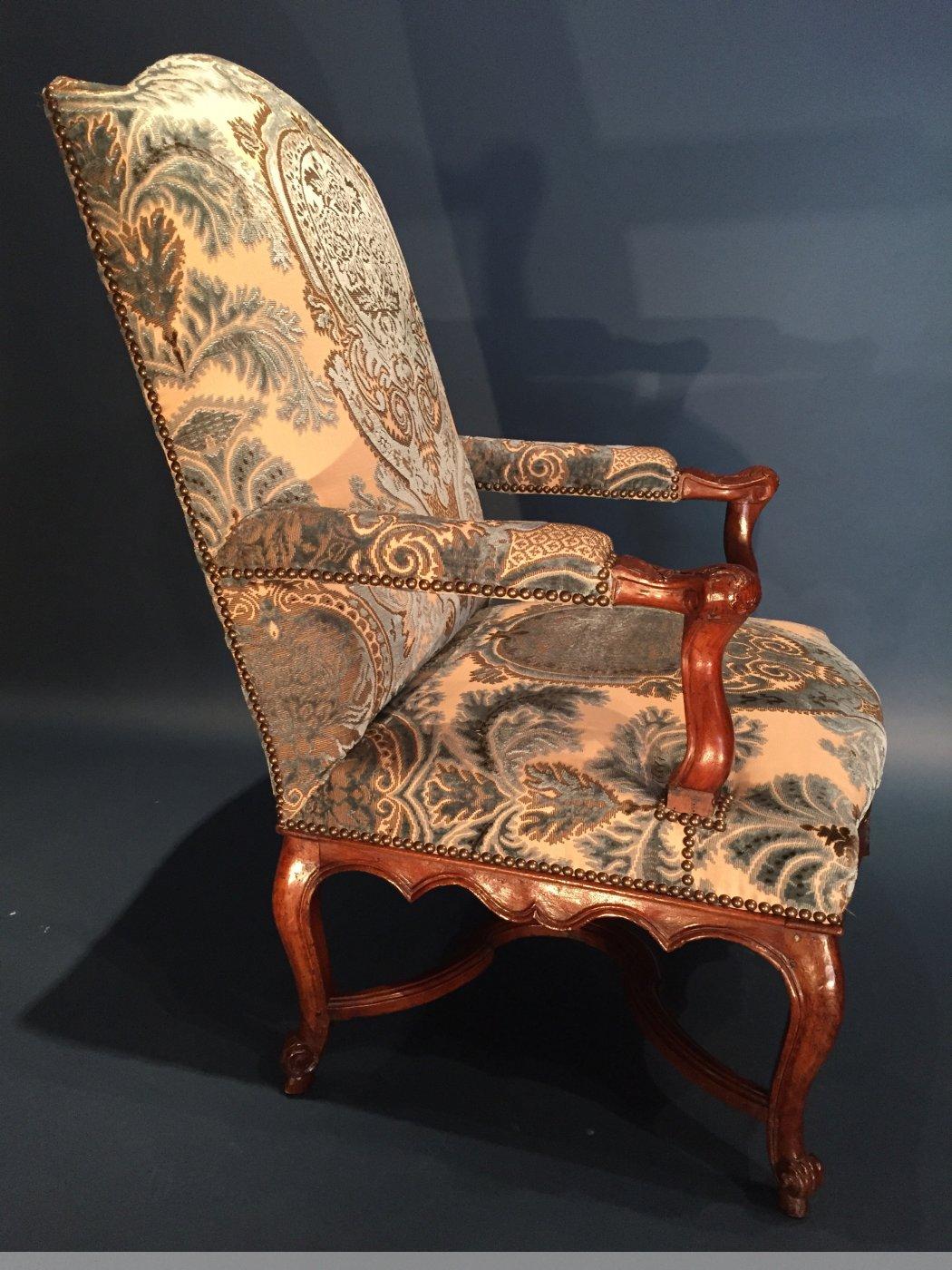 paire de larges fauteuils de chemin e en noyer provence vers 1720 xviiie si cle. Black Bedroom Furniture Sets. Home Design Ideas