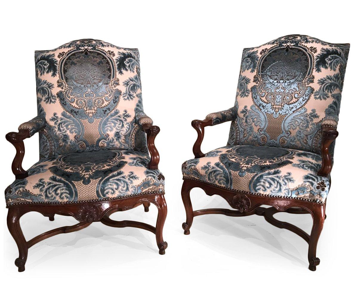 paire de larges fauteuils de chemin e en noyer massif provence vers 1720 xviiie si cle n. Black Bedroom Furniture Sets. Home Design Ideas