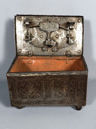 Antiquités - Small iron box engraved with etching, Nuremberg late 16th century