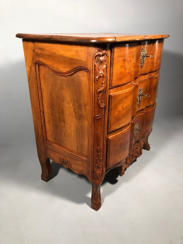 Small walnut commode attribued to Pierre Hache, Grenoble circa 1740 -