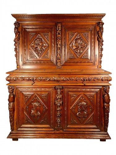 Solid renaissance buffet in walnut, Burgundy circa 1600