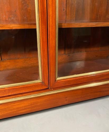 Furniture  - Pair of collectors' display cases in mahogany, Paris, Directoire period.