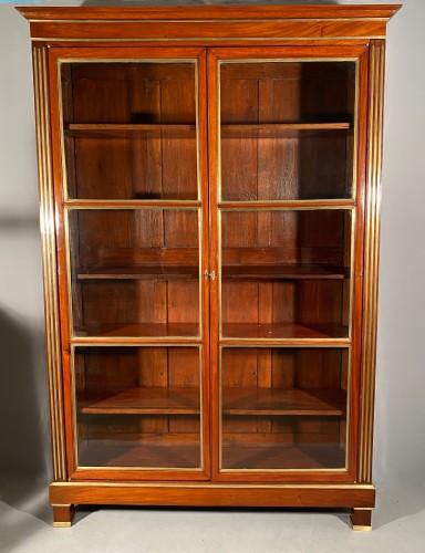 Pair of collectors' display cases in mahogany, Paris, Directoire period. -
