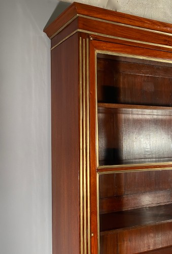 18th century - Pair of collectors' display cases in mahogany, Paris, Directoire period.