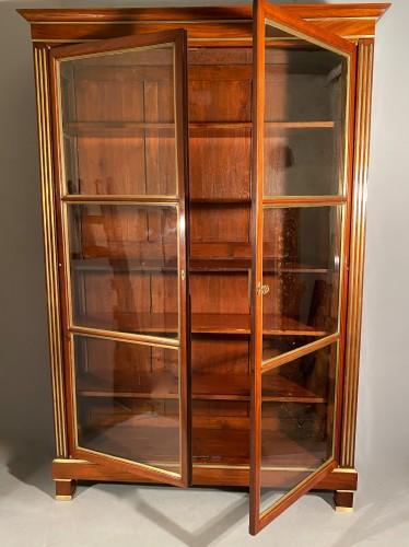 Pair of collectors' display cases in mahogany, Paris, Directoire period. - Directoire