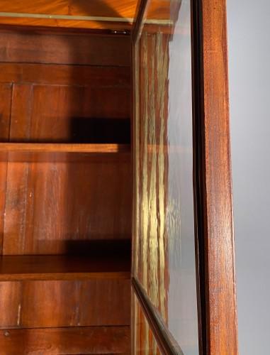 Antiquités - Pair of collectors' display cases in mahogany, Paris, Directoire period.