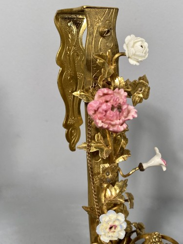 Bronze, lacquer and porcelain screen candlestick, Paris circa 1750 - Lighting Style Louis XV