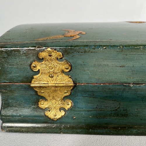 Toilet box in blue Martin varnish with Japanese decor circa 1730. -