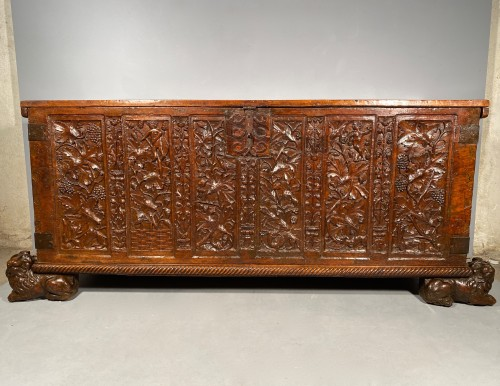 <= 16th century - Important walnut chest with royal emblems, Lyon around 1520