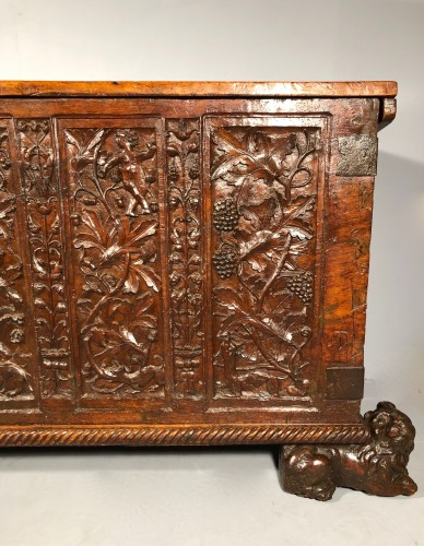 Renaissance - Important walnut chest with royal emblems, Lyon around 1520
