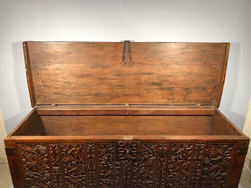 Antiquités - Important walnut chest with royal emblems, Lyon around 1520