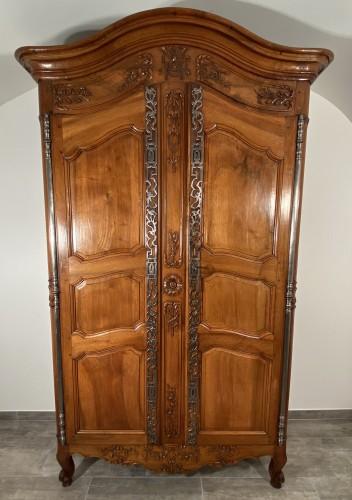 Small walnut wedding cabinet, Arles 18th century -
