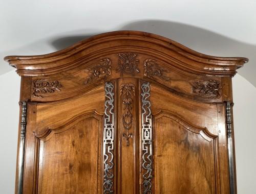 18th century - Small walnut wedding cabinet, Arles 18th century