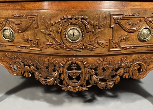 Provencal chest of drawers in walnut, Pierre Pillot in Nîmes around 1770 - Furniture Style Transition
