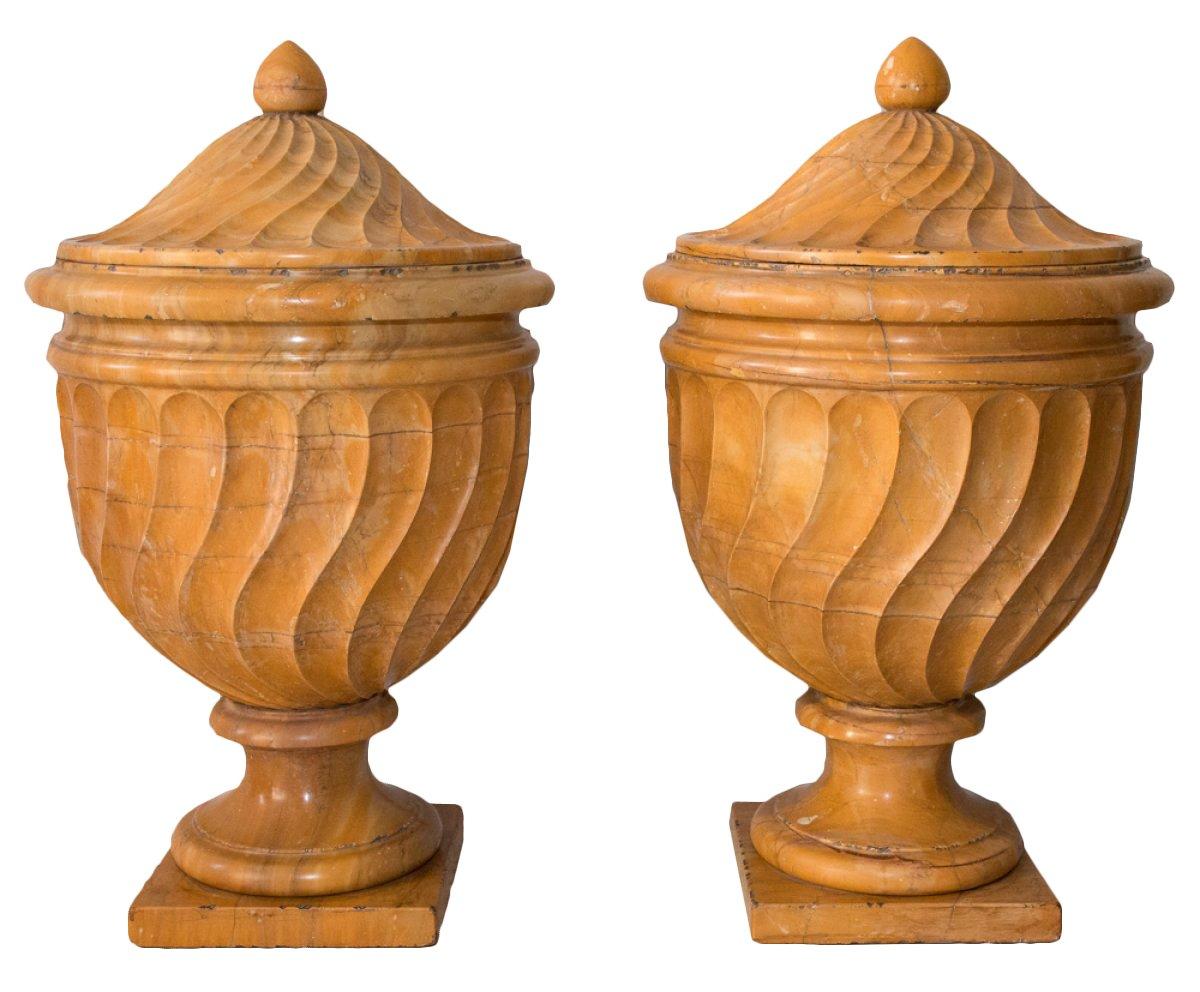 paire de vases couverts en marbre italie d but xixe si cle. Black Bedroom Furniture Sets. Home Design Ideas