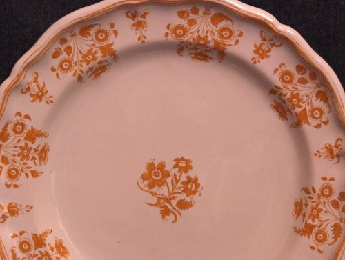 Moustiers faience plate - solannées flowers in shades ocher - Porcelain & Faience Style Louis XV