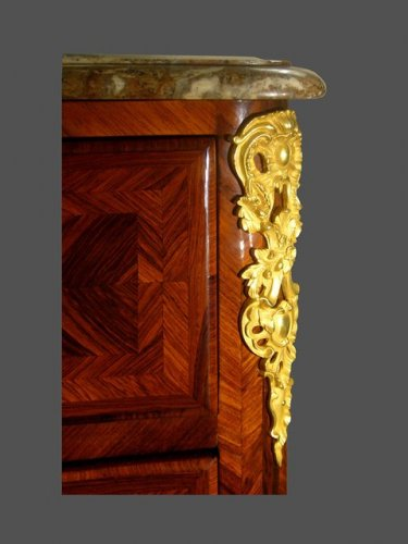 Furniture  - 18th century chest of drawers