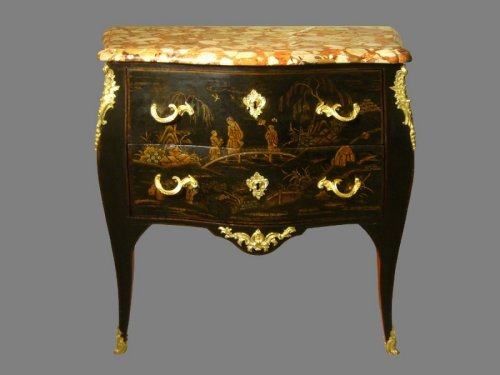 Commode sauteuse en laque de Chine, époque Louis XV estampillée Jacques DUBOIS
