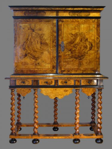 Cabinet-on-Stand, by Thomas HACHE