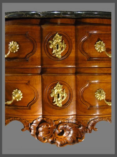 An exceptional crossbow shaped solid blond walnut commode. - Furniture Style Louis XV