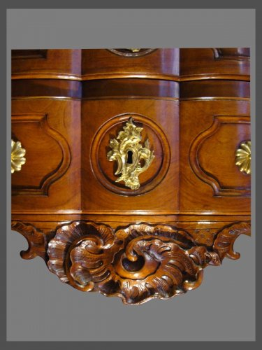 18th century - An exceptional crossbow shaped solid blond walnut commode.