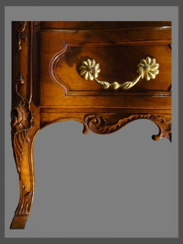 An exceptional crossbow shaped solid blond walnut commode. - Louis XV