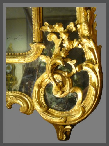 Louis XV - A very decorative Louis XV pierced, carved, and giltwood mirror
