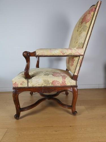 18th century - A Régence walnut armchair, early 18th century, circa 1715