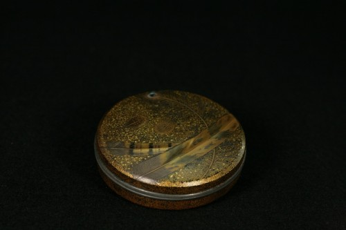 Lacquer Box decorated with feathers  - Asian Works of Art Style