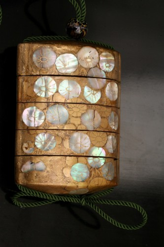 Inro in gold lacquer and mother-of-pearl  - Asian Works of Art Style