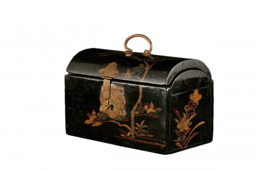 """Japanese lacquer box in """"pictorial"""" style."""