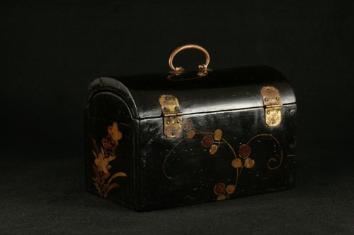 """17th century - Japanese lacquer box in """"pictorial"""" style."""