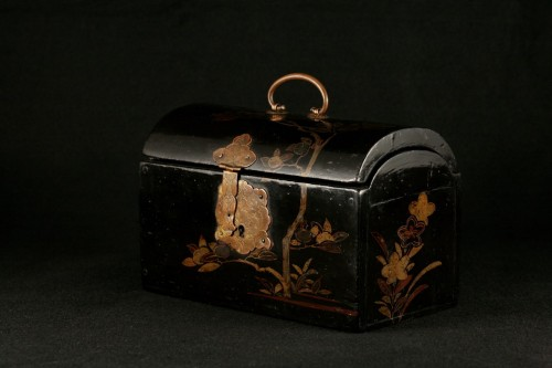 """Japanese lacquer box in """"pictorial"""" style.  -"""