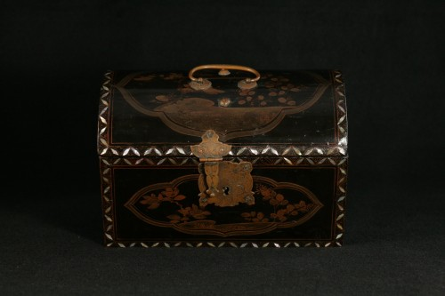 """Asian Works of Art  - Japanese lacquer box in """"Transition"""" style"""