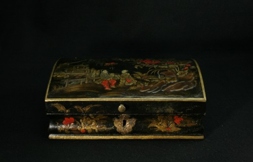 Vernis Martin wig box with decoration of two figures in a garden - Decorative Objects Style