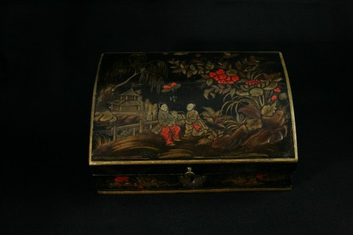 Antiquités - Vernis Martin wig box with decoration of two figures in a garden