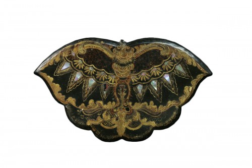Lacquer butterfly-shaped sewing box with black background